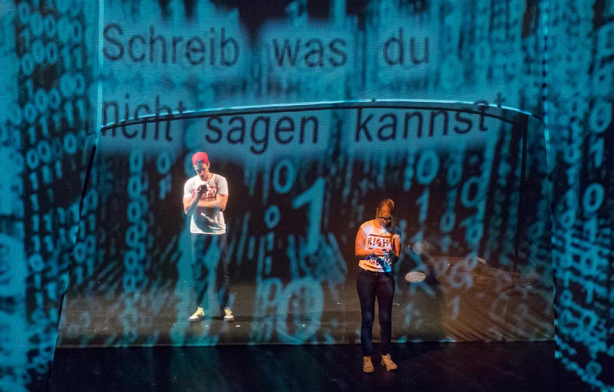 v.l.n.r.: Christoph Schulenberger als Roland und Irene Benedict als Karin